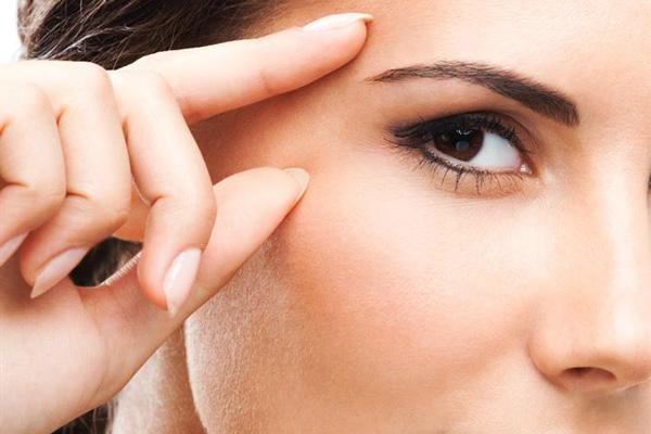 Cách xóa nếp nhăn ở quầng mắt